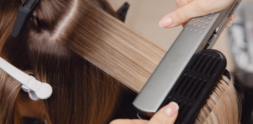 выплямление волос утюжком